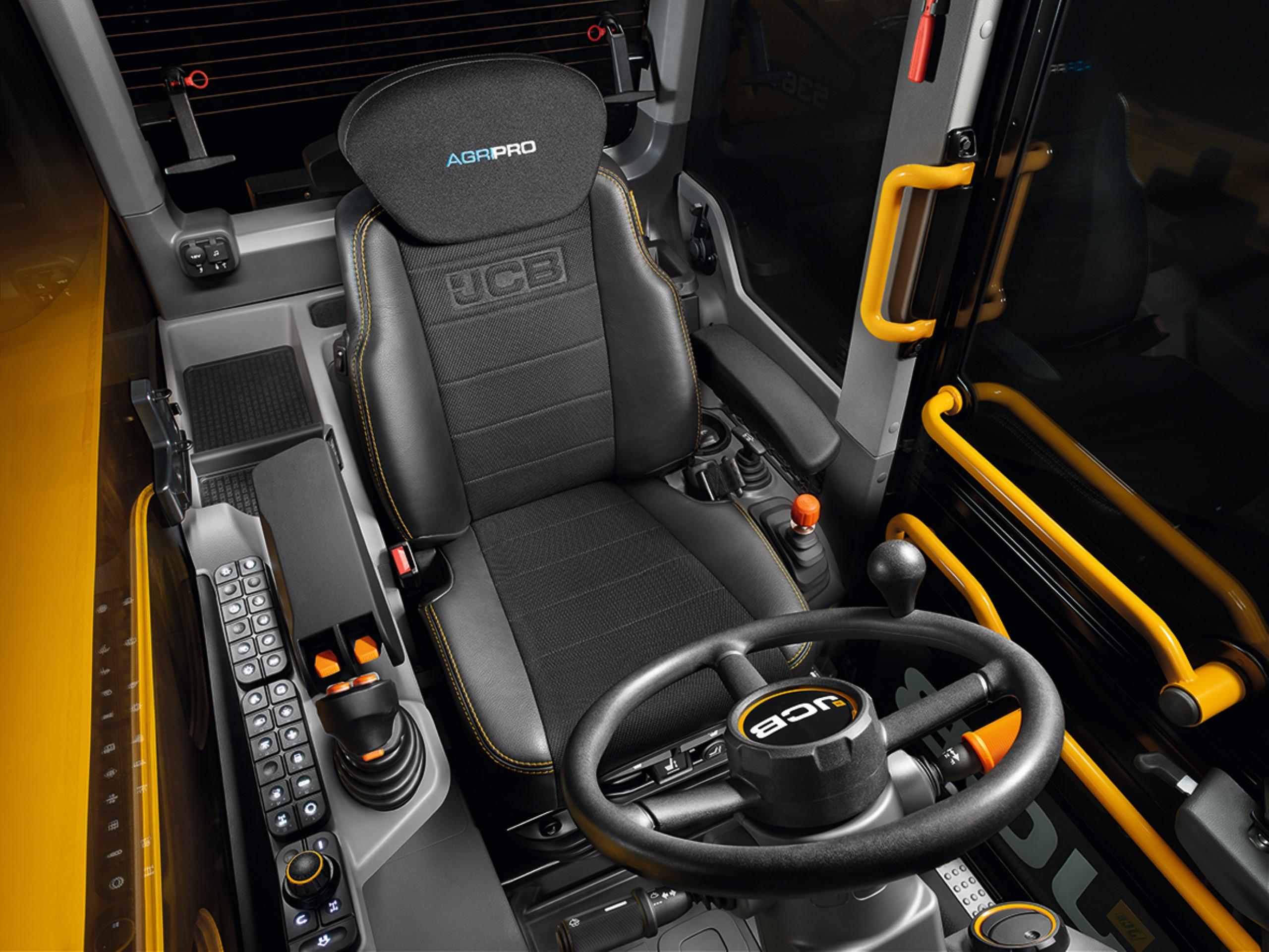 JCB Teleskoplader Innenansicht der Kabine mit ergonomischen Fahrersitz.