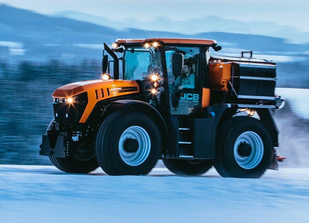 Fastrac Kommunal während der Fahrt über Schnee mit dem hydraulischen Fahrwerk