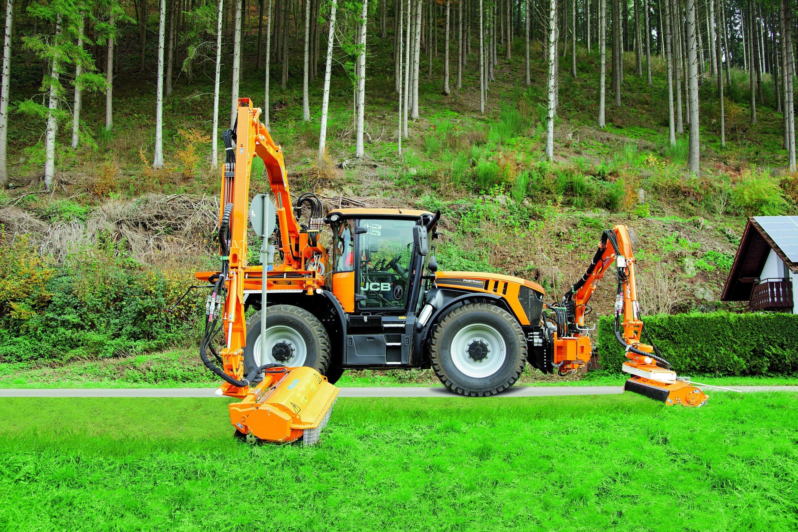 Fastrac Kommunal bei Mäharbeiten vor einem Waldstück