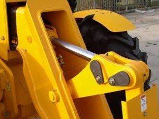 Innenliegender Hydraulikzylinder von JCB ist geschützt vor Beschädigungen.